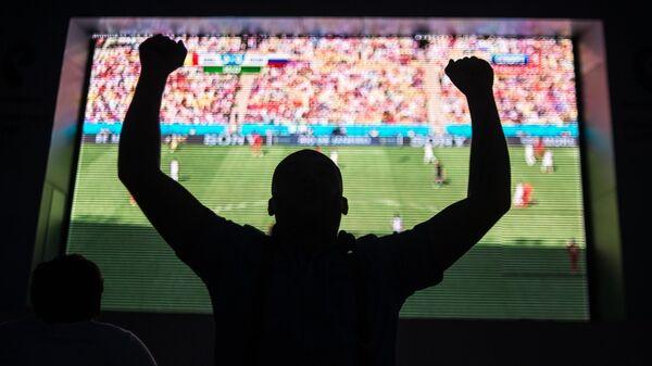 Болельщик сборной России смотрит трансляцию матча. - Sputnik Узбекистан