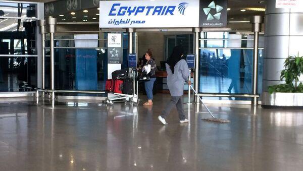 Лого авиакомпании EgyptAir Национальном аэропорту Египта - Sputnik Узбекистан