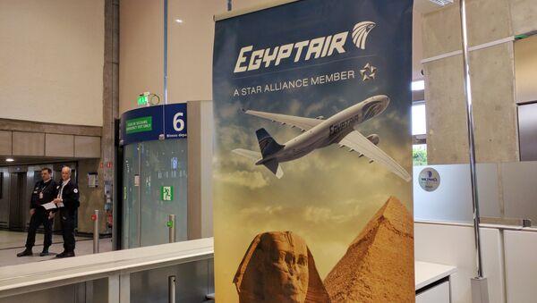 Постер авиакомпании EgyptAir Национальном аэропорту Египта - Sputnik Узбекистан