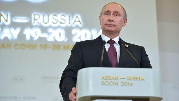 RF Prezidenti Vladimir Putin Rossiya - ASEAN sammiti yakuni boʻyicha oʻtkazilgan matbuot-anjumanida - Sputnik Oʻzbekiston
