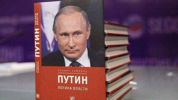 Nemis jurnalisti Xubert Zaypelning Putin: hokimiyat mantigʻi kitobi - Sputnik Oʻzbekiston