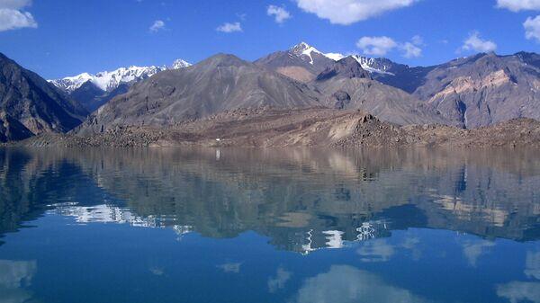 Сарезское озеро в горах Памира. Архивное фото - Sputnik Узбекистан