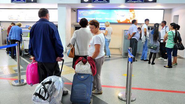 Пассажиры у стойки регистрации билетов в международном аэропорту - Sputnik Узбекистан