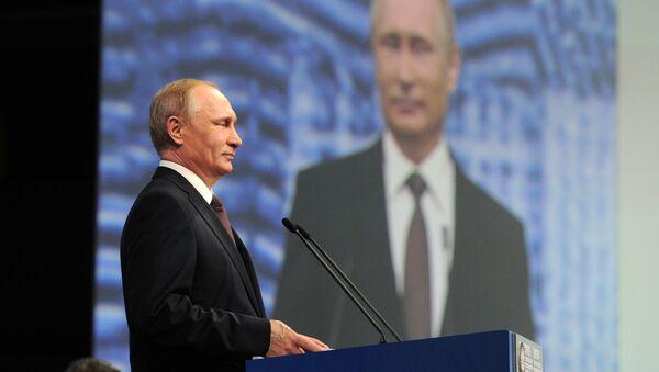 Rossiya prezidenti Vladimir Putin Sankt-Peterburgda oʻtgan xalqaro iqtisodiy forum vaqtida - Sputnik Oʻzbekiston