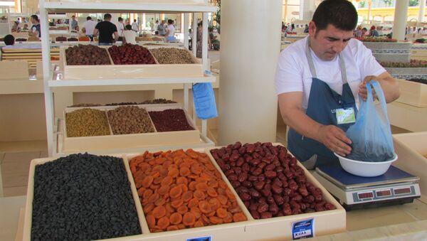 Продавец у прилавка с сухофруктами на Алайском рынке в Ташкенте - Sputnik Узбекистан