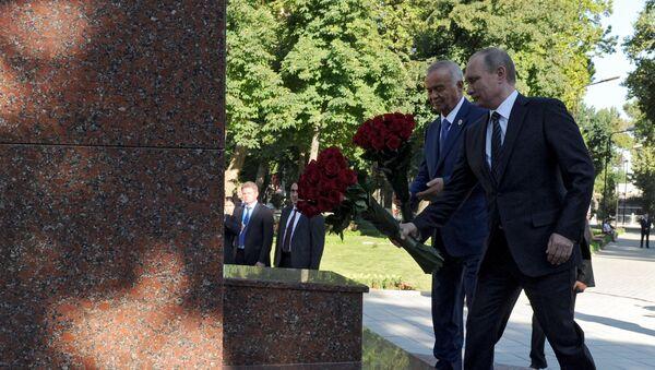 Islom Karimov va Putin Toshkentdagi Pushkin haykali poyiga gul qoʻyishdi - Sputnik Oʻzbekiston