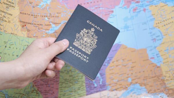 Канадский паспорт на фоне карты мира - Sputnik Ўзбекистон