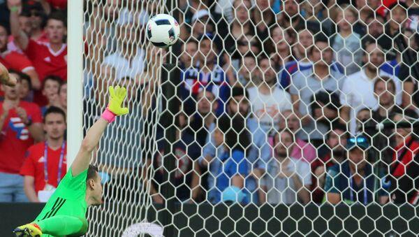 Вратарь сборной России Игорь Акинфеев пропускает мяч в свои ворота - Sputnik Узбекистан