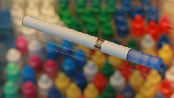 Электронная сигарета на витрине магазина. - Sputnik Узбекистан