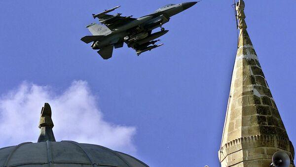 Amerikanskiy F-16 nad turetskoy aviabazoy Indjirlik. - Sputnik Oʻzbekiston