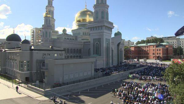 Праздничная молитва у соборной мечети Москвы в честь Ураза-байрам - Sputnik Узбекистан