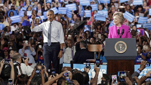 АҚШ президентлигига номзод Хилари Клинтон ва АҚШ президенти Барак Обама - Sputnik Ўзбекистон