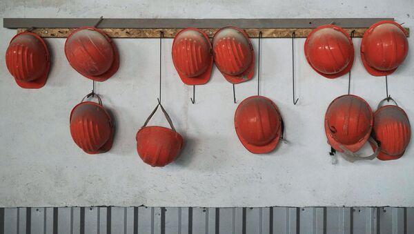 Каски рабочих на заводе - Sputnik Узбекистан