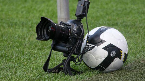 Masofadan boshqariladigan fotokamera, futbol uchrashuvi vaqtida - Sputnik Oʻzbekiston