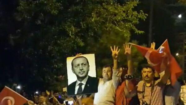 Истамбул аҳолиси давлат тўнтаришига қарши митингга чиқди - Sputnik Ўзбекистон