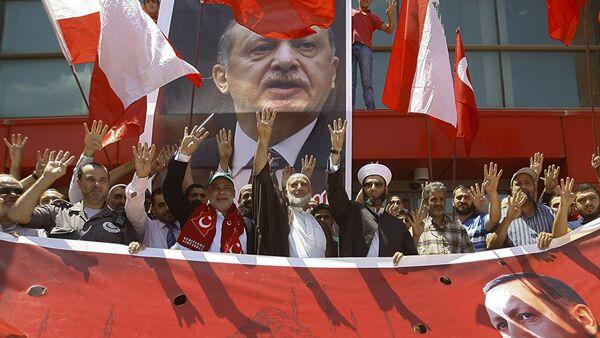 Сторонники президента Турции Реджепа Эрдогана на митинге в его поддержку - Sputnik Узбекистан