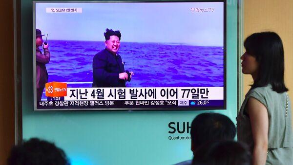 Лидер Северной Кореи Ким Чен Ын во время запуска ракеты - Sputnik Ўзбекистон