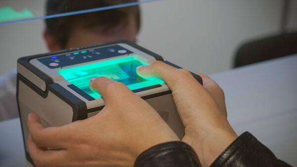 Процедура снятия биометрических данных в визовом центре Санкт-Петербурга - Sputnik Ўзбекистон