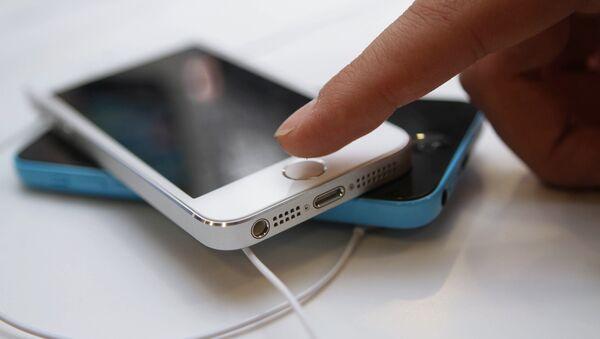 Официальный старт продажи iPhone 5s и iPhone 5c в Москве - Sputnik Узбекистан
