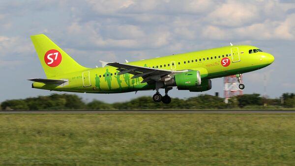 Самолет авиакомпании S7 Airlines на взлетно-посадочной полосе - Sputnik Узбекистан