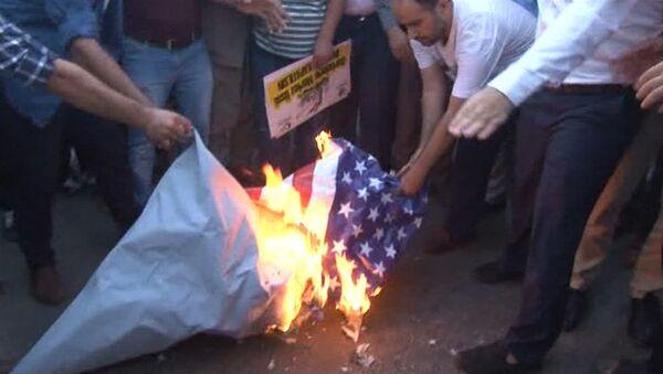 Протестующие сожгли флаг США перед военной базой НАТО в Турции - Sputnik Узбекистан