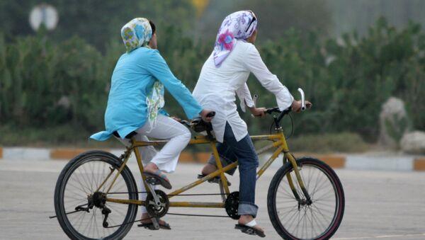 Иранские женщины на велосипедах - Sputnik Ўзбекистон
