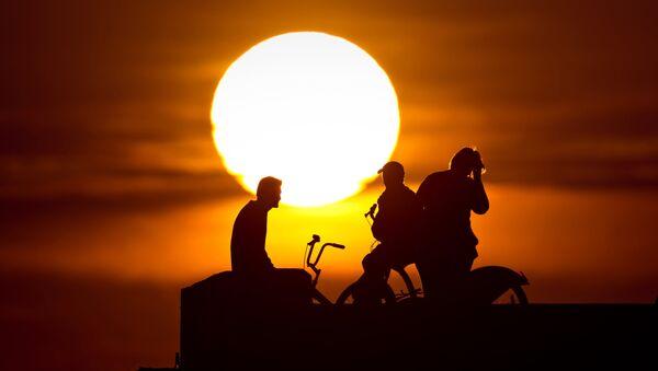 Велосипедисты на закате. - Sputnik Узбекистан