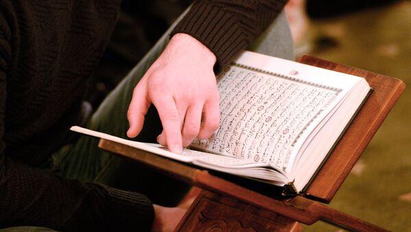 Во время службы в мечети. Архивное фото - Sputnik Ўзбекистон