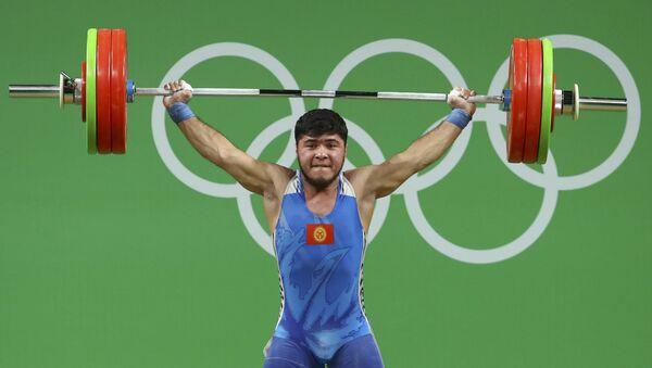 Кыргызский штангист Иззат Артыков на Олимпиаде в Рио - Sputnik Ўзбекистон