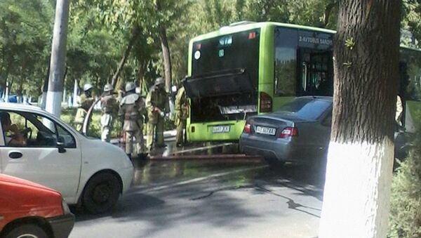 Toshkentda navbatdagi Mercedes-Benz avtobusi yonib ketdi - Sputnik Oʻzbekiston