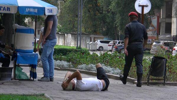 Соцэксперимент Прилично одетый или бездомный — кому помогут бишкекчане - Sputnik Узбекистан