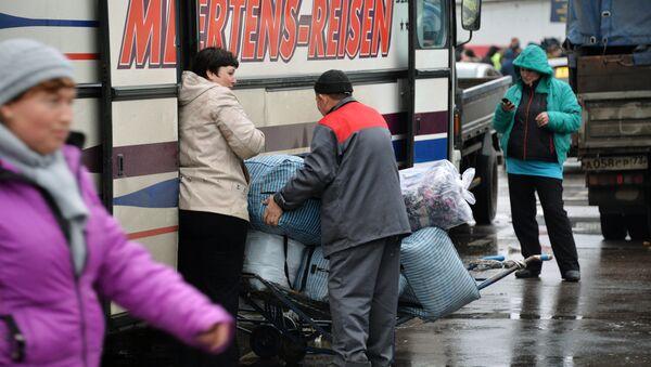 Politsiyachilar Moskvadagi Sadovod bozorini tekshirmoqda - Sputnik Oʻzbekiston