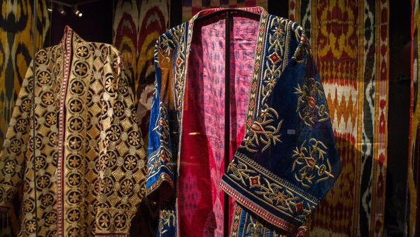 Женские халаты. Узбекистан, конец 30-х г. Выставка Культурное наследие Узбекистана - Sputnik Узбекистан