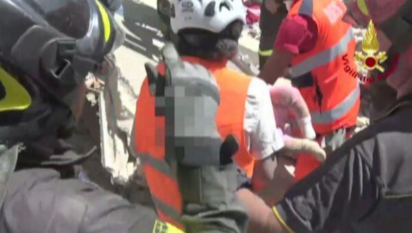 Землетрясение в Италии: первые минуты бедствия и спасение людей из-под завалов - Sputnik Узбекистан