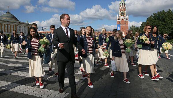 Церемония вручения премьер-министром РФ Д. Медведевым автомобилей российским спортсменам - победителям и призерам Игр XXXI Олимпиады в Рио-де-Жанейро - Sputnik Узбекистан