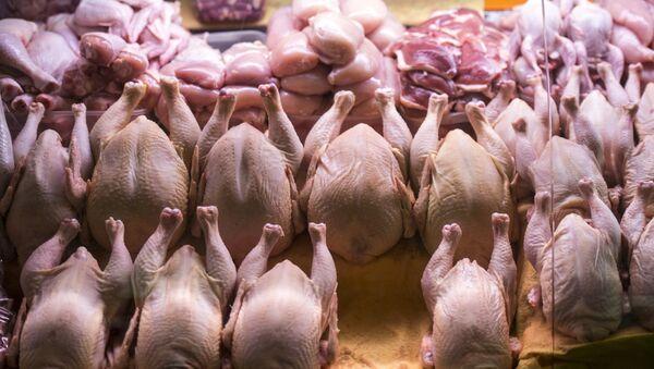 Прилавок с мясом птицы. Архивное фото - Sputnik Ўзбекистон