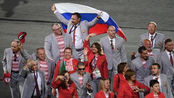 Российский флаг на открытии ХV летних Паралимпийских игр 2016 в Рио-де-Жанейро - Sputnik Узбекистан