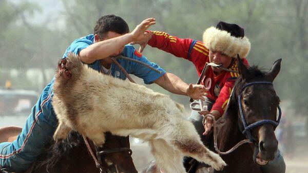 Участники состязания кок-бору (козлодрание), архивное фото - Sputnik Узбекистан