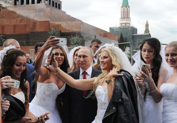 Prezident RF V. Putin na torjestvennoy tseremonii otkrыtiya Dnya goroda na Krasnoy ploщadi - Sputnik Oʻzbekiston