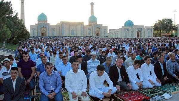 В праздничных молитвах в Ташкенте приняли участие 60 тыс мусульман - Sputnik Ўзбекистон