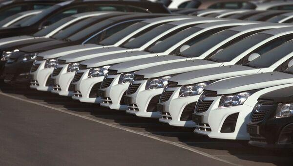 General Motors заводи ёнидаги автостоянкада - Sputnik Ўзбекистон