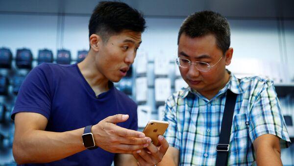 Iphone 7 в руках пользователя - Sputnik Узбекистан