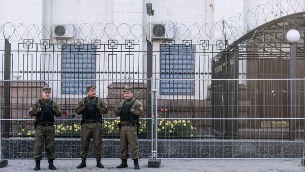 Ukrainada Rossiya saylov uchastkasini qoʻriqlash - Sputnik Oʻzbekiston