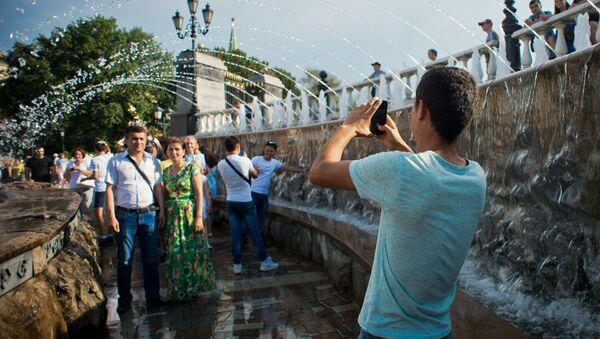 Туристы фотографируются у фонтана Завеса на Манежной площади - Sputnik Узбекистан