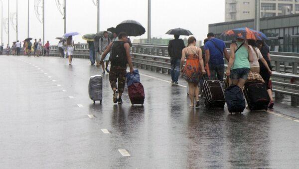 Люди под дождем - Sputnik Ўзбекистон