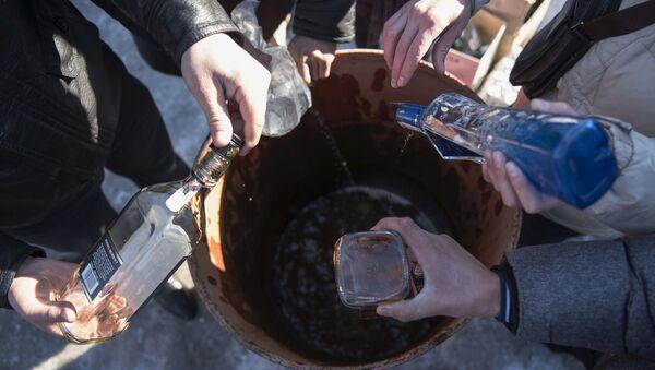 Уничтожение контрафактного алкоголя - Sputnik Узбекистан