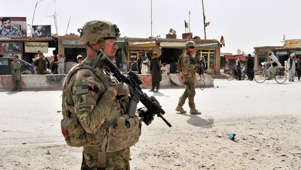 US Army soldiers provide security for members of their team near the Afghanistan-Pakistan border - Sputnik Ўзбекистон