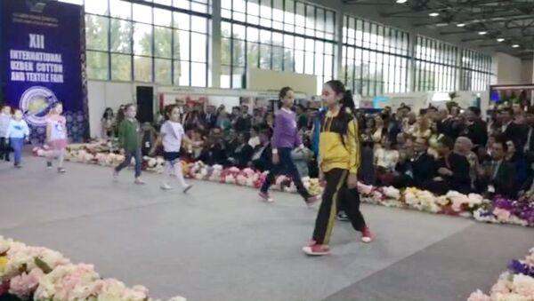 Видеодефиле: восточные наряды для детей и взрослых - Sputnik Узбекистан