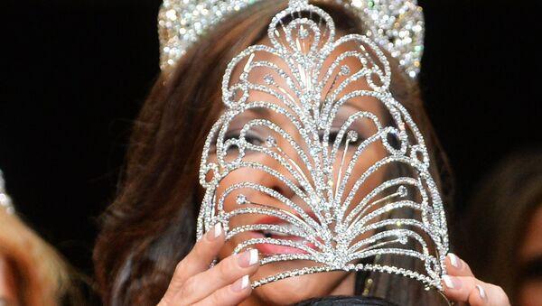 Корона на участнице конкурса красоты - Sputnik Узбекистан