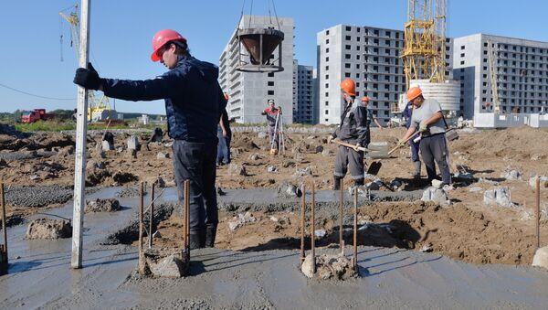 Rabochiye podgotavlivayut fundament na stroitelnoy ploщadke jilogo kompleksa - Sputnik Oʻzbekiston